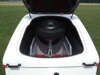 Die große Frontklappe ermöglicht ein einfaches Be- und Entladen des Zubehörs. Sie ist aerodynamisch günstig in die Kontur eingearbeitet.