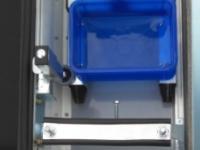 Innen: Flügelwagen mit Führung in / an der Bordwand und der Rumpfwagenschiene, mit Ablagebox
