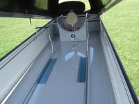Innen: serienmässig eine Ablagebox oder eine Trennwand - abhängig vom Flugzeugtyp