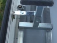 Innen: Arretierung während der Leerfahrt mit Riegel und automatischer Verriegelung vorn